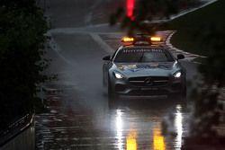 FIA güvenlik aracı ikinci antrenmanlarda ıslak pistte