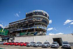 La torre di controllo e i veicoli di sicurezza