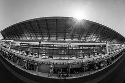 Le Mans ambiente en el ambiente pitlane y edificio de boxes