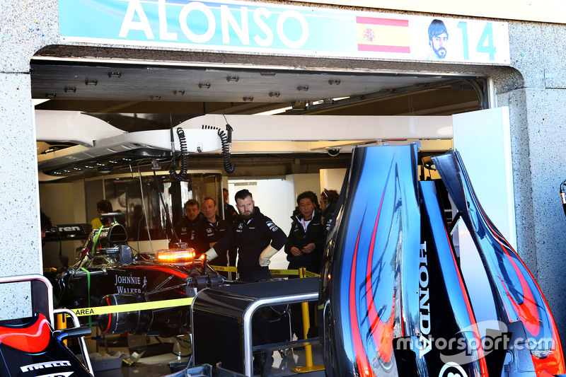 Issues with the McLaren MP4-30 of Fernando Alonso, McLaren