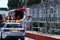 Льюис Хэмилтон, Mercedes AMG F1 празднует полученную поул-позицию в медицинской машине