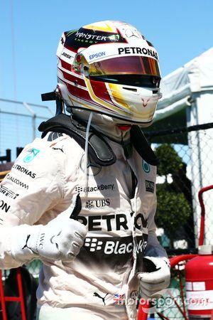 Льюис Хэмилтон, Mercedes AMG F1 празднует получение поула в закрытом парке