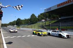#73 MRS GT Racing Nissan GT-R Nismo GT3: Sean Walkinshaw, Craig Dolby takes the checkered flag