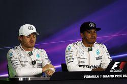 İkinci Nico Rosberg, Mercedes AMG F1 ve takım arkadaşı ve pole sahibi Lewis Hamilton, Mercedes AMG F