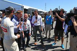 Romain Grosjean, Lotus F1 Takımı ile Simon Lazenby, Sky Sports F1 TV Sunucusu; Johnny Herbert, Sky S