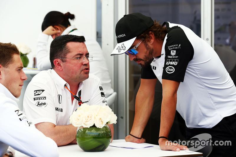 Гоночный директор McLaren Эрик Булье и гонщик McLaren Фернандо Алонсо
