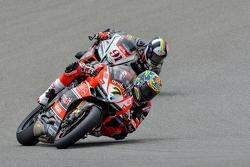 Chaz Davies Ducati Superbike Team, devant Leon Haslam, Red Devils Roma