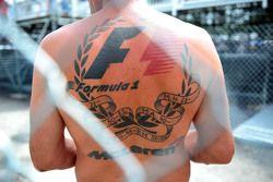 Un fan con tatuajes