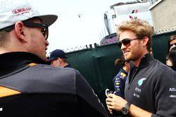 Nico Hülkenberg, Sahara Force India F1, mit Nico Rosberg, Mercedes AMG F1, bei der Fahrerparade