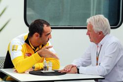 Cyril Abiteboul, Geschäftsführer Renault Sport F1, mit Charlie Whiting, FIA-Rennleiter