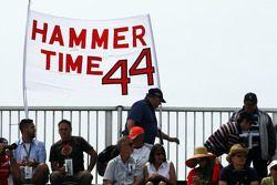 Striscione Hammer Time dai tifosi per Lewis Hamilton, Mercedes AMG F1