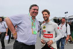 Patrick Pouyanne, Presidente e CEO da Total SA, com Romain Grosjean, Lotus F1 Team no grid