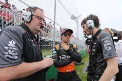 Sergio Perez, Sahara Force India F1 no grid com Tom McCullough, Engenheiro chefe da Sahara Force Ind