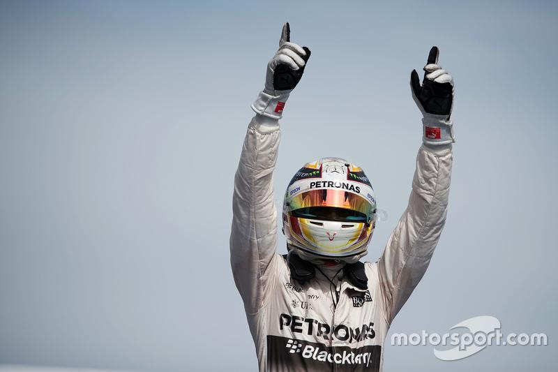 Vencedor Lewis Hamilton, Mercedes AMG F1 W06 entra no parc ferme