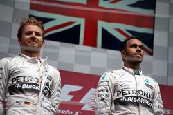 Podio: El segundo puesto de Nico Rosberg, de Mercedes AMG F1 con su compañero de equipo y ganador de la carrera Lewis Hamilton, de Mercedes AMG F1