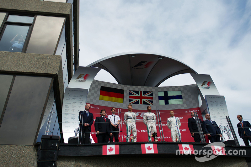 Podium: Second place Nico Rosberg, race winner Lewis Hamilton, Mercedes AMG F1 and third place Valtt
