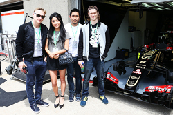 Huéspedes Lotus F1 Team, Actor; Lana Cóndor, Actriz; Dalton Wong, entrenador; Ben Hardy, Actor