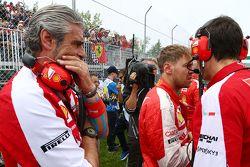 Sebastian Vettel, Ferrari com Maurizio Arrivabene, diretor da Ferrari no grid