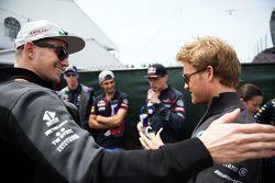 Nico Hulkenberg, Sahara Force India F1 com Nico Rosberg, Mercedes AMG F1 no desfile dos pilotos