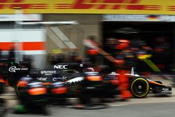 Nico Hulkenberg, Sahara Force India F1 VJM08 faz pit stop