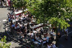 Ambiente en el street café durante la revisión