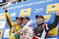 Primo posto Tiago Monteiro, Honda Civic WTCC, Honda Racing Team JAS, secondo posto Rob Huff, Lada Ve