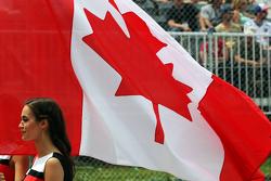 Chica de la parrilla con la bandera de Canadá