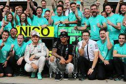 Yarış Galibi Lewis Hamilton, ikinci takım arkadaşı Nico Rosberg, Mercedes Yarış Mühendisi(sağ) ve ta
