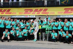 Nico Rosberg, Mercedes AMG F1, feiert mit dem Team