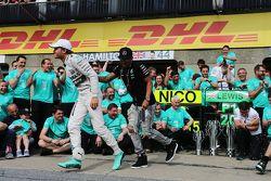 1. Lewis Hamilton, Mercedes AMG F1, feiert mit Teamkollege Nico Rosberg, Mercedes AMG F1, und dem Te