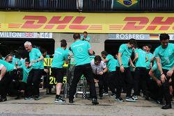Mercedes AMG F1 1-2 finişi kutluyor