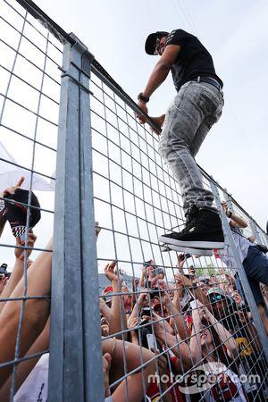 Lewis Hamilton, Mercedes AMG F1, mit den Fans nach dem Rennen