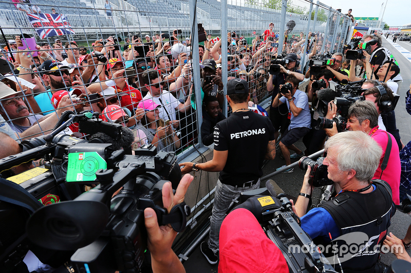 Lewis Hamilton, Mercedes AMG F1 with the fans after the race