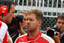 Sebastian Vettel, Ferrari, en la parrilla