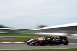 Фернандо Алонсо, McLaren MP4-30 и Фелипе Масса, Williams FW37 - борьба за позицию