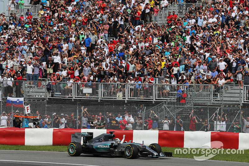 1. Lewis Hamilton, Mercedes AMG F1 W06, feiert am Ende des Rennens