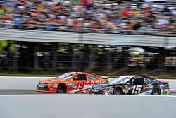 Clint Bowyer, Michael Waltrip Racing Toyota y Carl Edwards, Joe Gibbs Racing Toyota