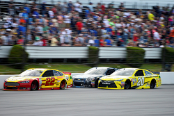Joey Logano, Team Penske Ford y Jimmie Johnson, Hendrick Motorsports Chevrolet con Matt Kenseth, Joe