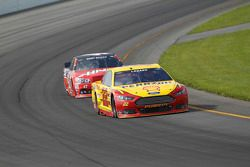Joey Logano, Team Penske Ford and Kurt Busch, Stewart-Haas Racing Chevrolet