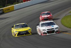 Jamie McMurray, Chip Ganassi Racing Chevrolet and Matt Kenseth, Joe Gibbs Racing Toyota
