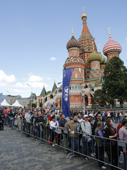 Fans in front of the Kremlin
