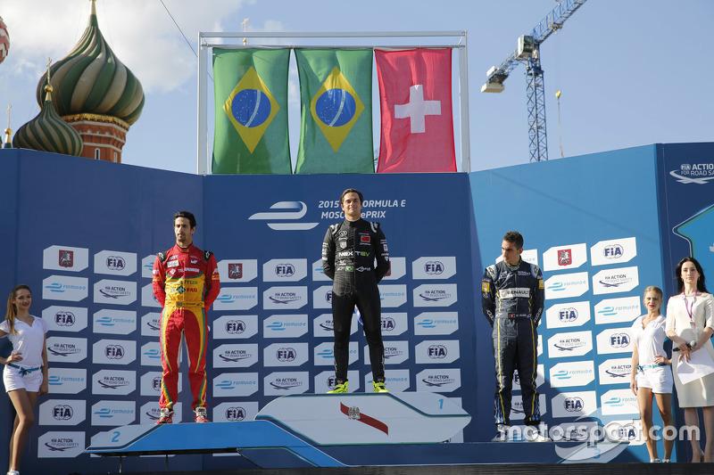 Podium: El ganador de la carrera, Nelson Piquet Jr., segundo lugar, Lucas di Grassi, tercer lugar, Sébastien Buemi