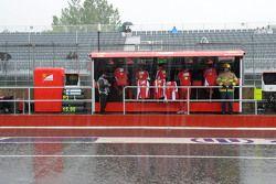 Chuva cai no pit da Ferrari