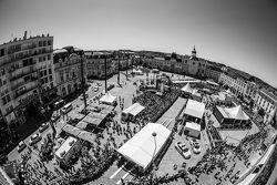 Una vista de la revisión en la Place de la République