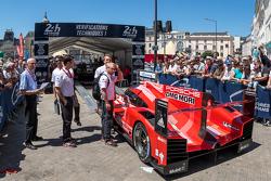 #17 Porsche Team Porsche 919 Hybrid rentre aux vérifications techniques