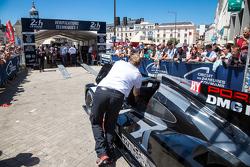 #18 Porsche Team Porsche 919 Hybrid rentre aux vérifications techniques