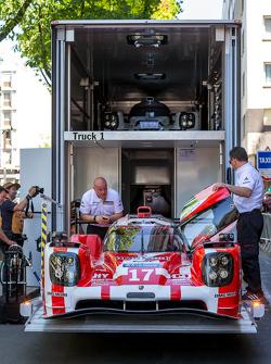 #17 Porsche Team Porsche 919 Hybrid nell'autotrasportatore