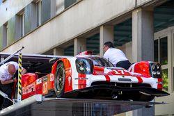 #17 Porsche Team Porsche 919 Hybrid, entra a su transporte