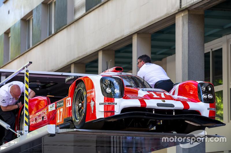 #17 Porsche Team Porsche 919 Hybrid gaat vrachtwagen in