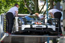 La #18 Porsche Team Porsche 919 Hybrid rentre dans le camion